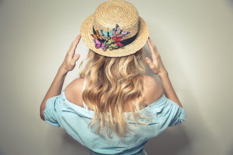 Jonge sexy dame in meer canotier hoed royalty-vrije stock foto
