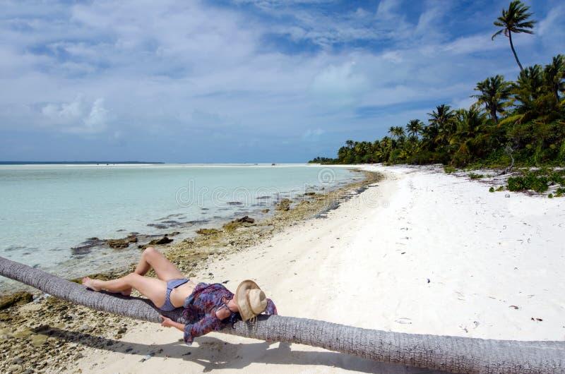 Jonge, sexy vrouw die op verlaten tropisch eiland zonnebaden royalty-vrije stock afbeeldingen