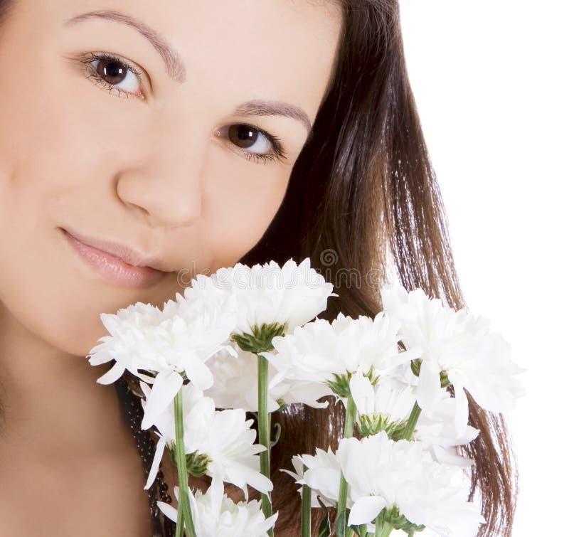 Jonge sexy vrouw met een witte bloem stock afbeelding
