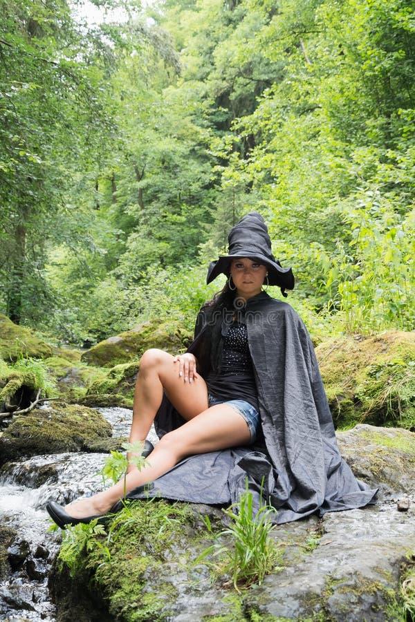 Jonge sexy vrouw met heksenhoed royalty-vrije stock afbeeldingen