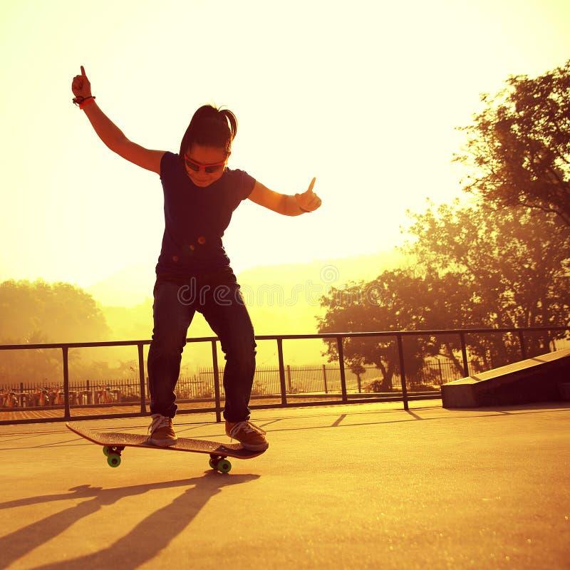 Jonge skateboarderbenen die bij skatepark met een skateboard rijden royalty-vrije stock afbeeldingen