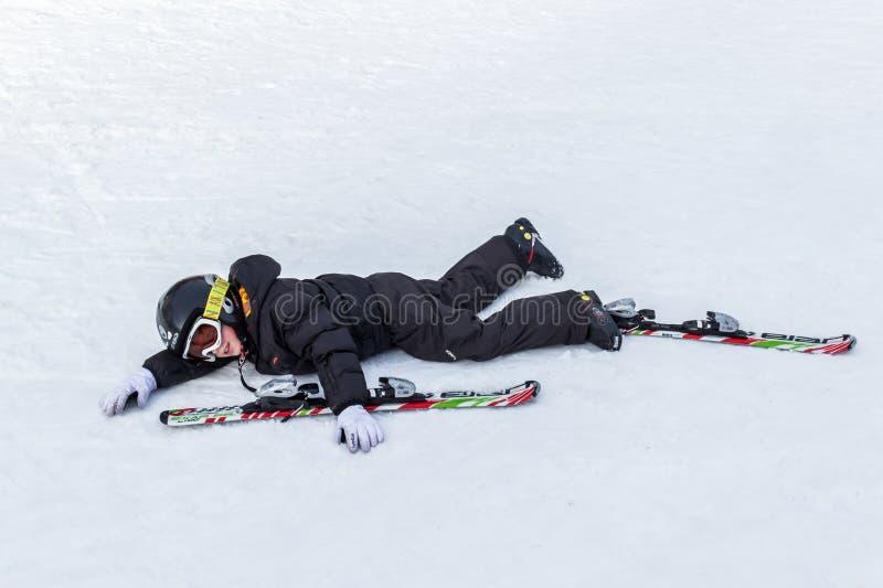 Jonge skiër tiered op de helling stock fotografie
