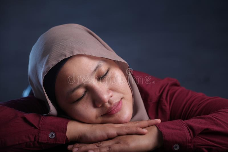 Jonge In slaap op het Werk en Onderneemster Tired die, die vallen dromen royalty-vrije stock foto