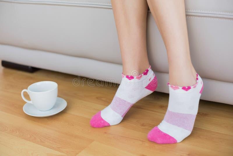 Jonge slanke vrouw die roze sokken dragen royalty-vrije stock fotografie