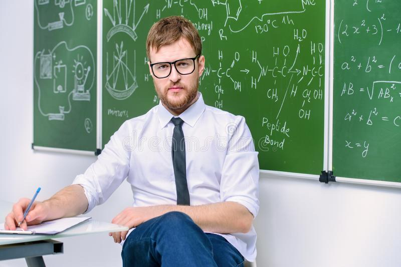 Jonge slimme leraar stock afbeelding