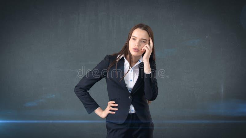 Jonge slimme mooie onderneemster die of iets, concept denken veronderstellen royalty-vrije stock afbeelding