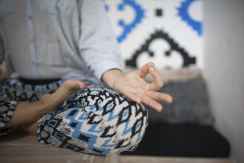 Jonge smileyvrouw die yoga in huis doen royalty-vrije stock fotografie
