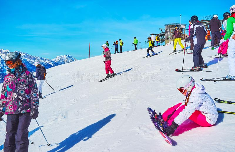 Jonge snowboarder, Zwieselalm-berg, Gosau, Oostenrijk stock foto's