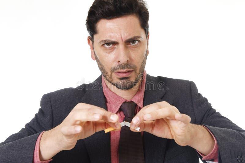 Jonge Spaanse aantrekkelijke mensen brekende sigaret binnen met opgehouden rokend resolutie royalty-vrije stock afbeeldingen