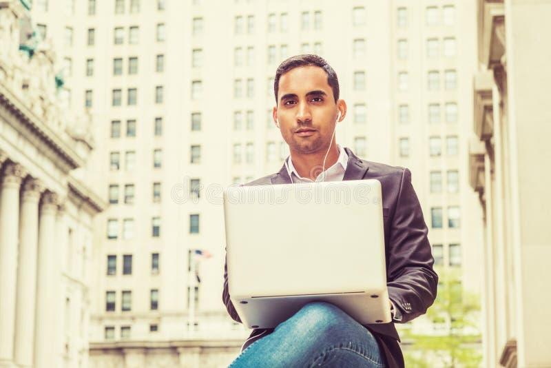 Jonge Spaanse Amerikaanse student die in New York bestuderen stock fotografie