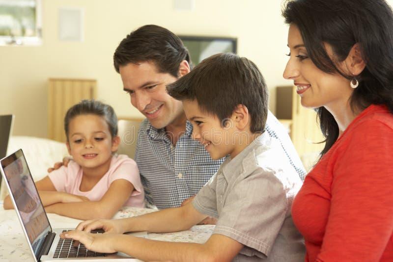 Jonge Spaanse Familie die Computer thuis met behulp van royalty-vrije stock foto's