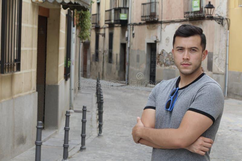 Jonge Spaanse mannelijke in openlucht dichte omhooggaand royalty-vrije stock foto's