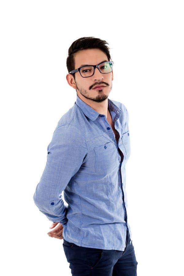 Jonge Spaanse mens met blauwe overhemd en glazen stock afbeeldingen