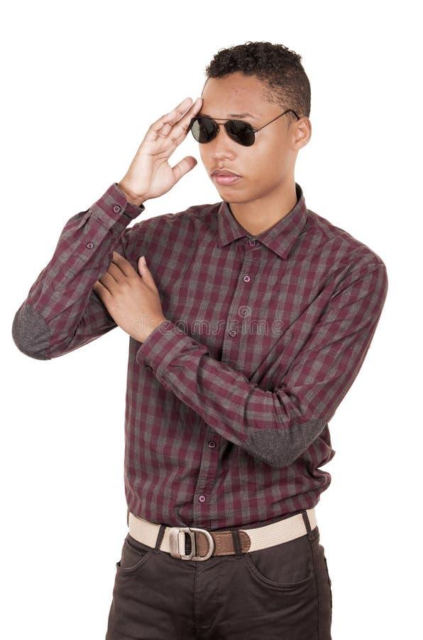 Jonge Spaanse mens met het toevallige kleding dragen stock foto