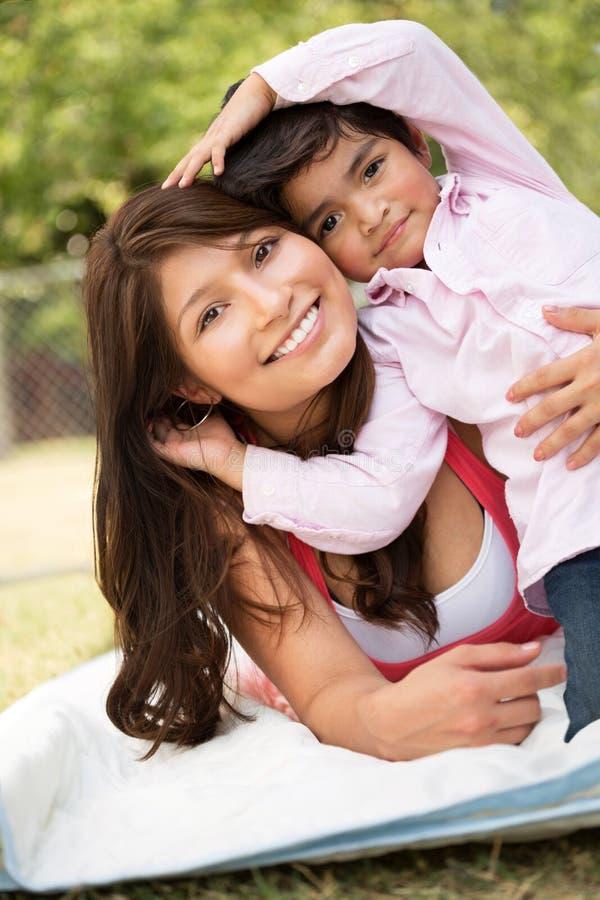 Jonge Spaanse moeder en haar zoon stock fotografie