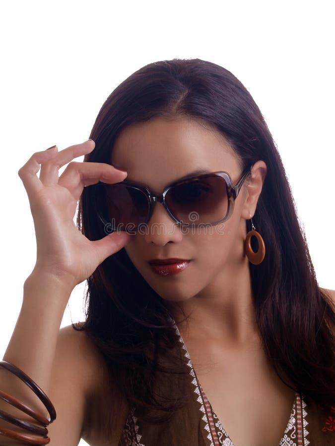 Jonge Spaanse vrouwenhand op zonnebrilportret royalty-vrije stock foto's