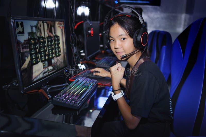 Jonge speel de computerspelen van het tienermeisje in Internet-koffie royalty-vrije stock afbeeldingen
