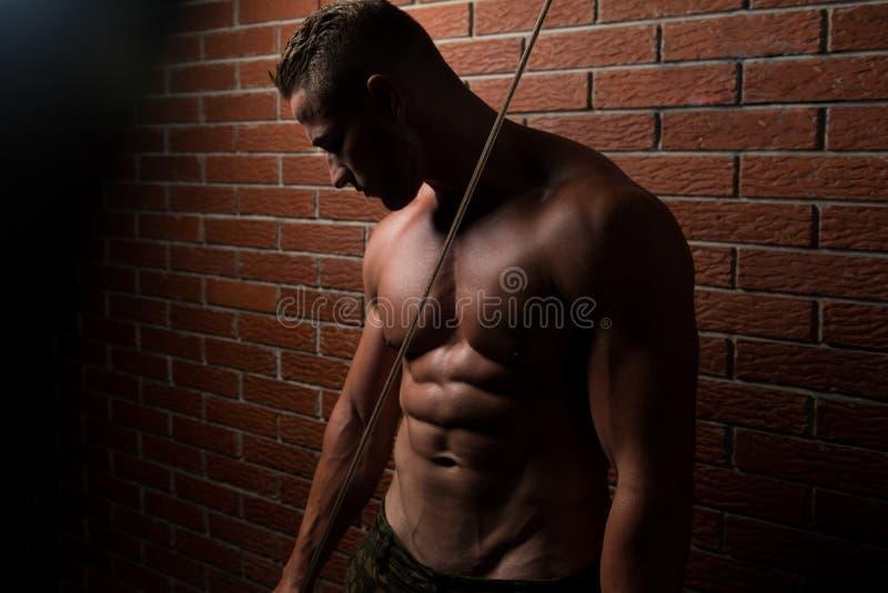 Jonge Spiergeschiktheidsbodybuilder die Zwaargewicht Oefening F doen stock foto