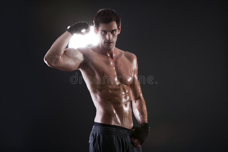 Jonge spierkerel met het naakte torso in dozen doen stock afbeelding