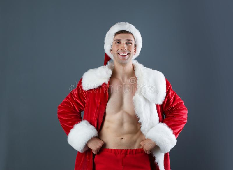 Jonge spiermens in Santa Claus-kostuum stock afbeelding
