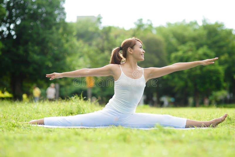 Jonge sport girl do yoga royalty-vrije stock fotografie