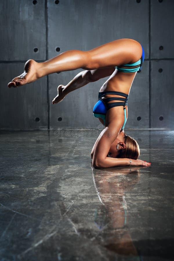 Jonge sportenvrouw stock foto