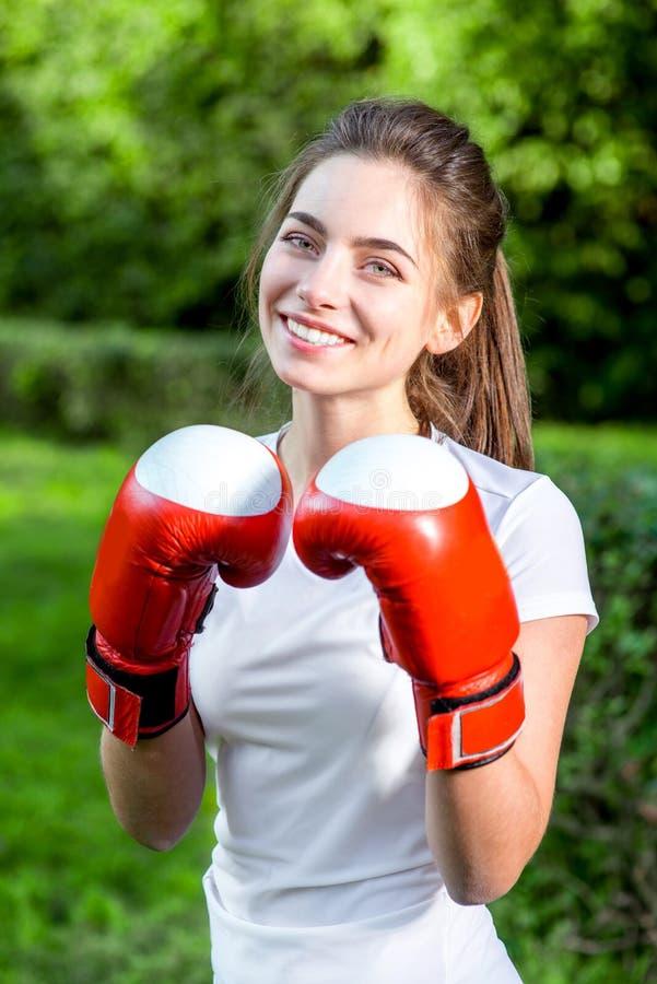 Jonge sportenvrouw in het park stock fotografie
