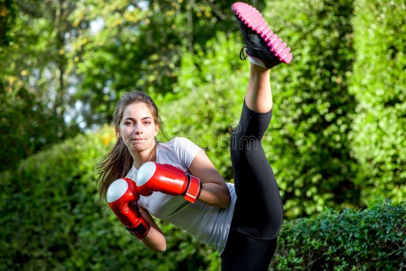 Jonge sportenvrouw in het park stock foto