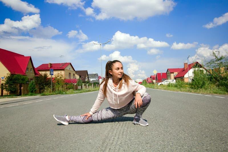 Jonge sportieve vrouw die bereid beginnen training in werking te stellen worden stock foto
