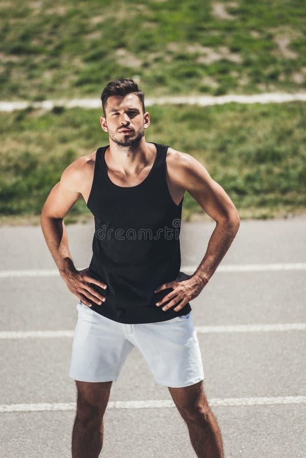 jonge sportman die zich op renbaan bevinden royalty-vrije stock foto