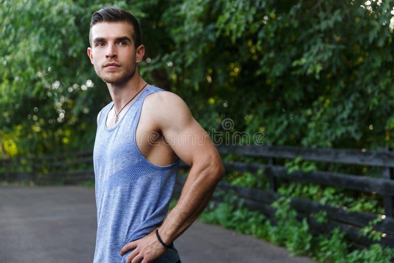 Jonge sportman die zich op spoor in park bevinden stock afbeelding