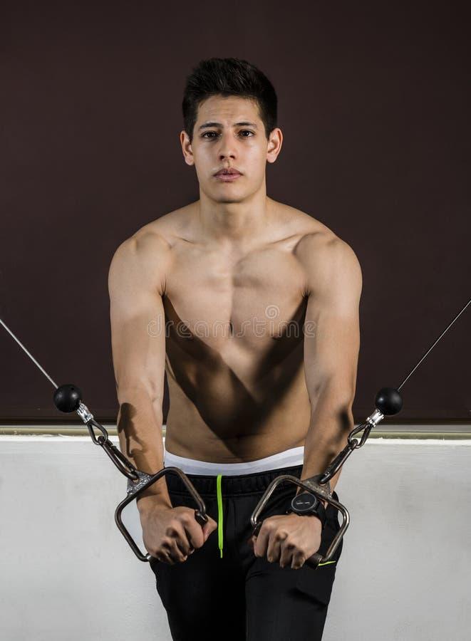 Jonge sportman die zijn routine uitvoeren bij de gymnastiek royalty-vrije stock foto