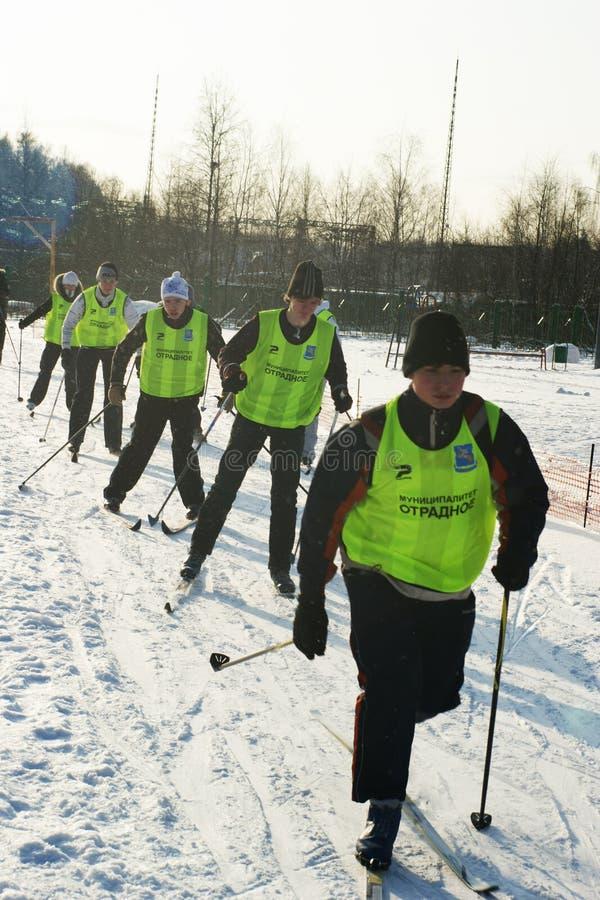 Jonge sportmannen die op skis in werking worden gesteld
