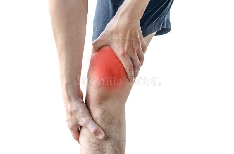 Jonge sportmens die met sterke atletische benen knie houden stock afbeelding
