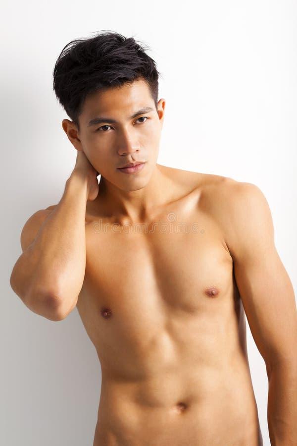 Jonge sportmens met perfect fitness lichaam stock foto