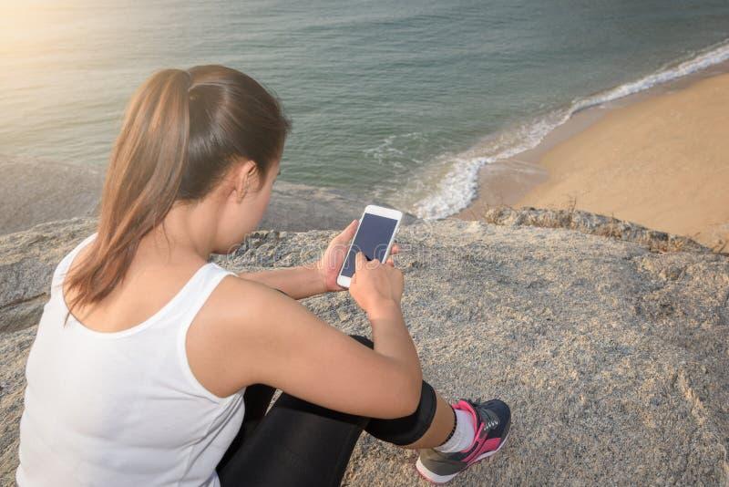Jonge sportvrouw die smartphone gebruiken royalty-vrije stock fotografie