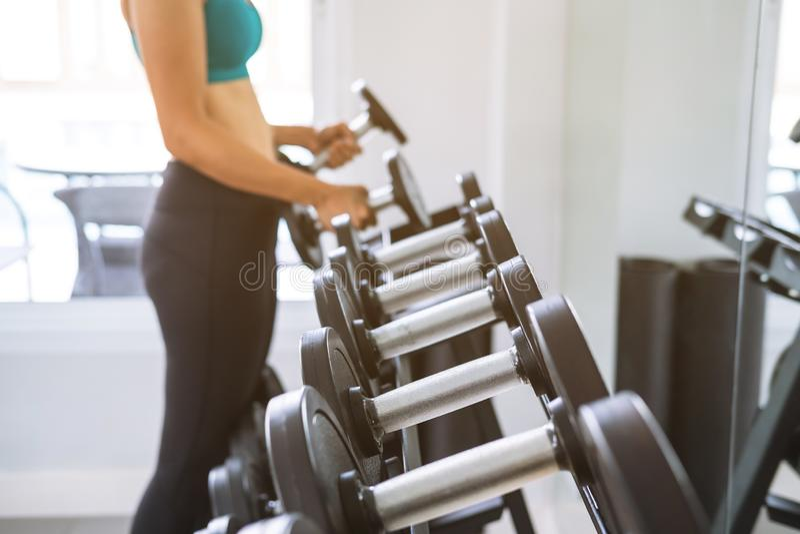 Jonge sportvrouw in sportschool, fitness lifestyle-concept stock foto's