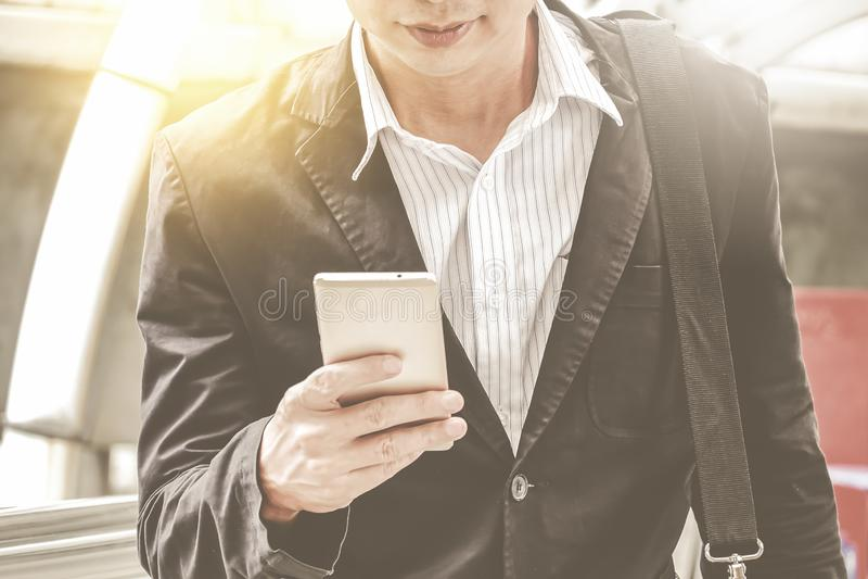 Jonge stedelijke professionele zakenman die smartphone met behulp van Zakenman die mobiele smartphone houden gebruikend app texti stock afbeeldingen