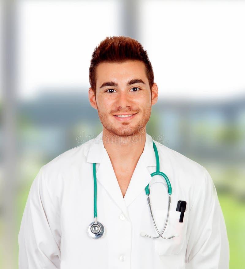 Jonge student arts in het ziekenhuis stock foto's