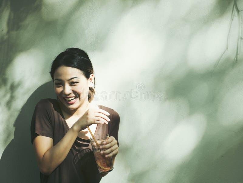 Jonge student die een drank houden royalty-vrije stock foto's