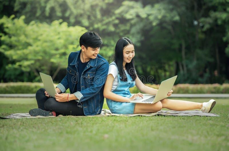 Jonge student die laptop samen met behulp van royalty-vrije stock fotografie