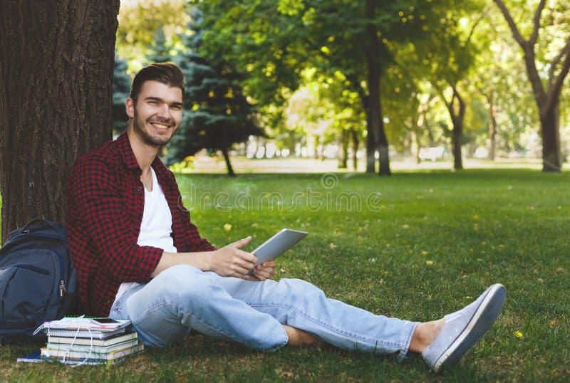Jonge student die voor examens in openlucht voorbereidingen treffen stock foto's