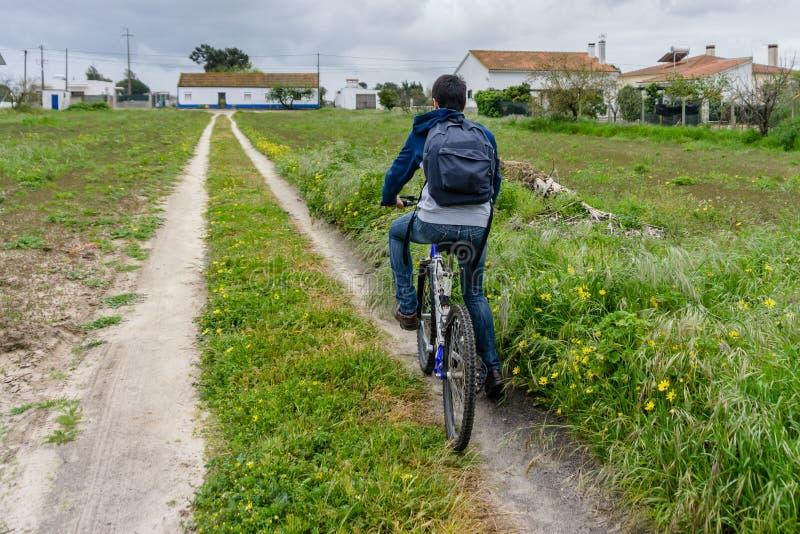 Jonge student met rugzak en fiets Ga naar school Exemplaar Spac royalty-vrije stock foto's