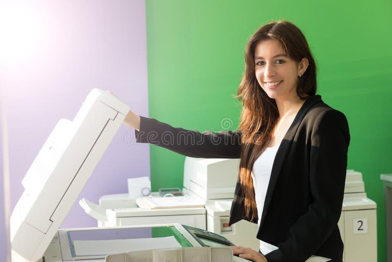Jonge student op een exemplaarcentrum stock fotografie