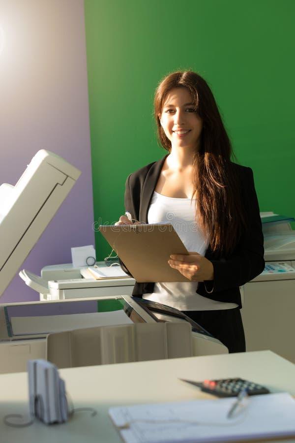 Jonge student op een exemplaarcentrum stock foto