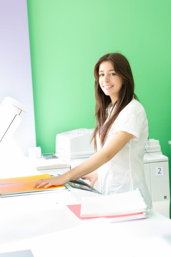Jonge student op een exemplaarcentrum royalty-vrije stock foto