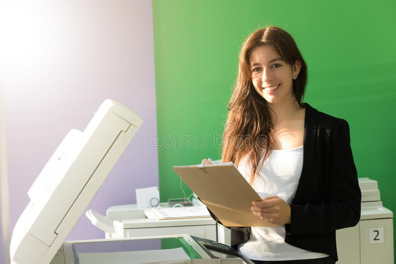 Jonge student op een exemplaarcentrum royalty-vrije stock foto's