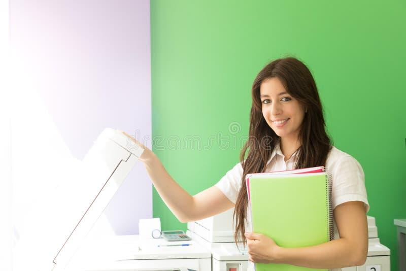 Jonge student op een exemplaarcentrum stock afbeelding