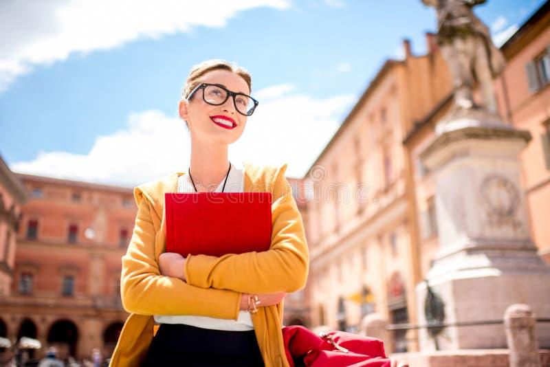 Jonge student in openlucht in de stad van Bologna royalty-vrije stock afbeelding