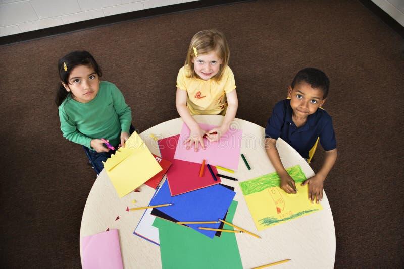 Jonge Studenten in de Klasse van de Kunst stock afbeeldingen